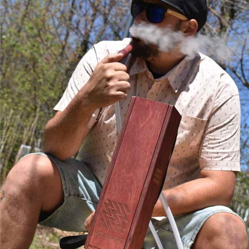 ein Mann raucht Shisha in seinem Hinterhof