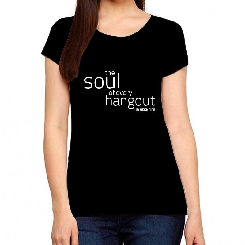 Frauen schwarzes T-Shirt als charakteristische Seele für jedes Treffen