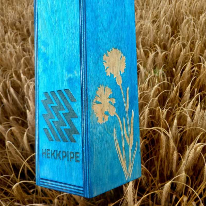 Gravur einer Kornblume, der estnischen Nationalblume, auf einer hölzernen Shisha